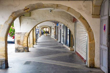 Remiremont - Les arcades de la Grand-Rue © French Moments