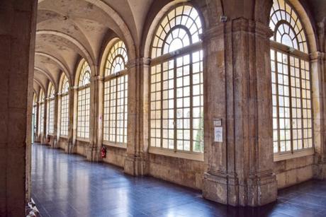 Couloir du cloître de l'abbaye des Prémontrés © French Moments