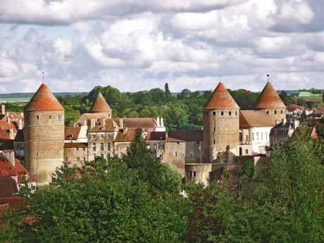 Les tours-donjons de Semur-en-Auxois © Michel FOUCHER - licence [CC BY-SA 4.0] from Wikimedia Commons