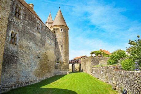 Les douves du château de Châteauneuf-en-Auxois © French Moments