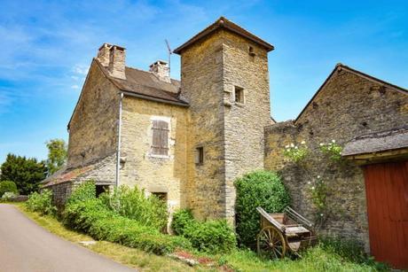 Vieille demeure bourgeoise à Châteauneuf-en-Auxois © French Moments