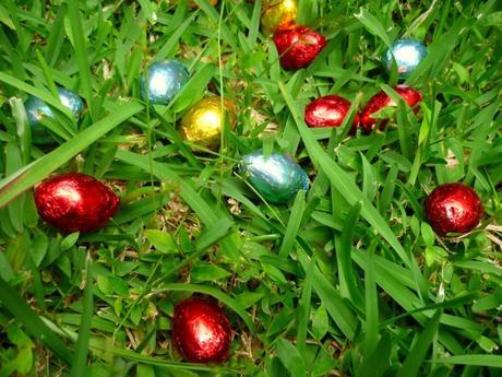 Œufs de Pâques disséminés dans le jardin © French Moments