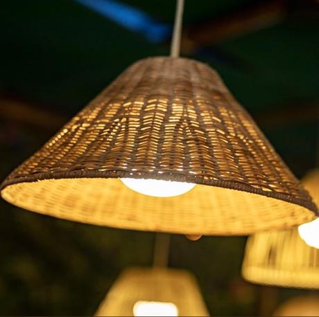suspension fibres naturelles rechargeable éclairage balcon