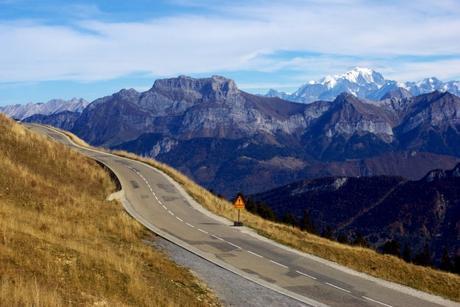 La route qui mène au Semnoz et le mont Blanc © French Moments