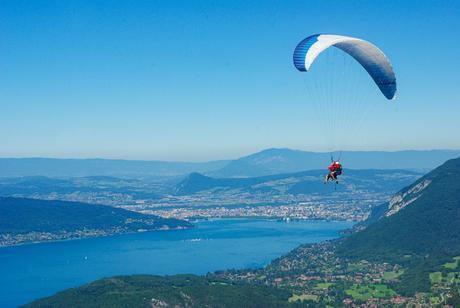 Parapente s'élançant au-dessus du lac © French Moments