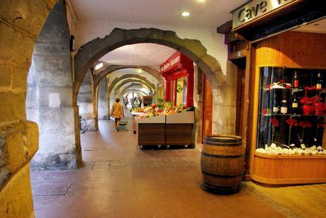 Sous les arcades de la rue Filaterie à Annecy © French Moments