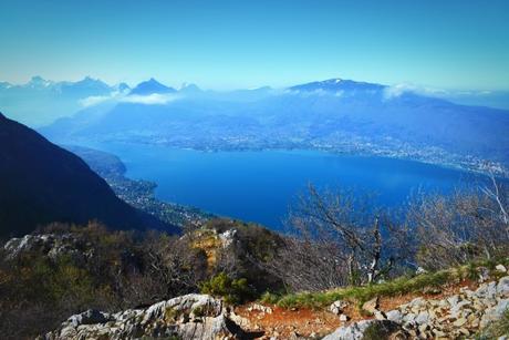 Sur le mont Baron avec vue autour du lac d'Annecy © French Moments