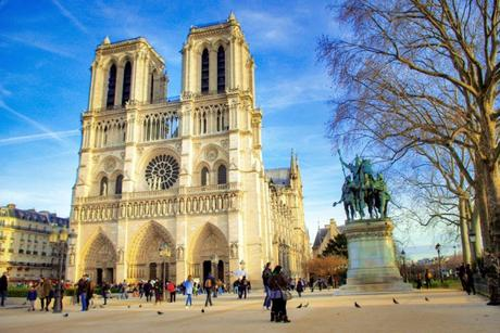Le parvis de Notre-Dame de Paris © French Moments