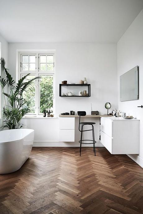 salle de bain lumineuse décoration chevron bois foncé baignoire ovale plante verte