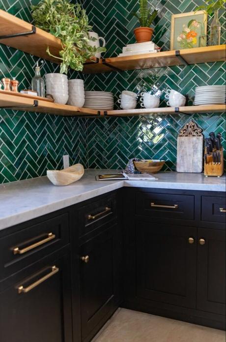 cuisine mobilier noir mur décoration chevron crédence vert sapin