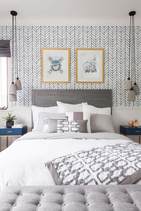 chambre lit double décoration gris bleu papier peint effet chevron suspension grise