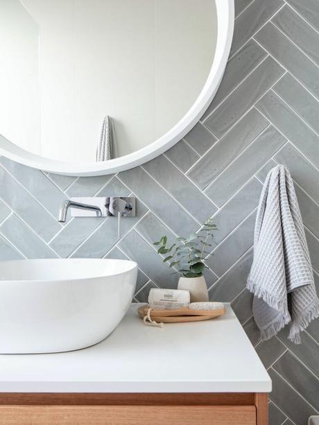 salle de bain lumineuse mur gris perle miroir rond lavabo ovale blanc