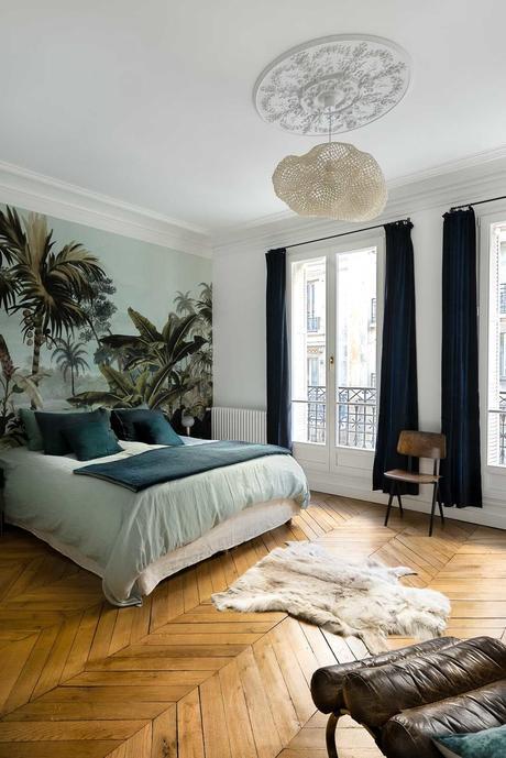 chambre lit double décoration chevron parquet bois papier peint exotique moulures murs