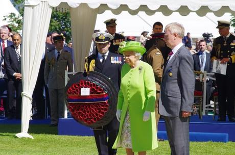 Elizabeth II en France, au cimetière britannique de Bayeux le 6 juin 2014 © UK in France - licence [CC BY 2.0] from Wikimedia Commons