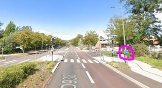 un vélo, un taxi et une voie de bus
