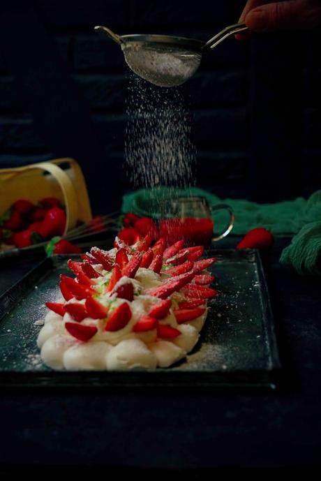meringue , pavlova , dessert aux fraises