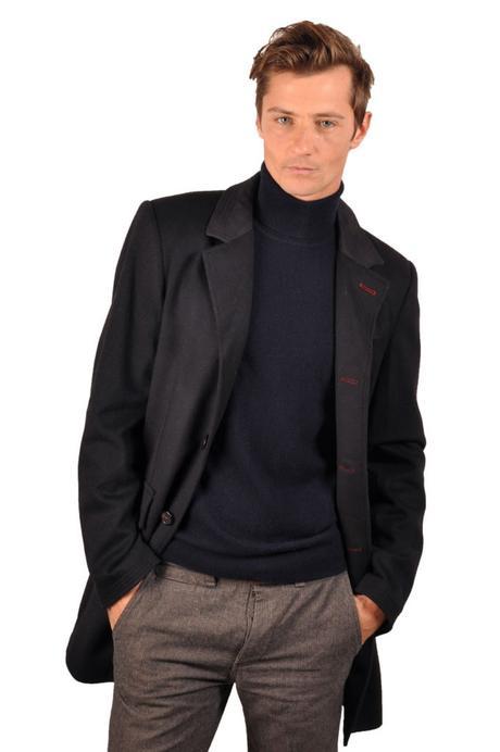 Homme portant un manteau en cachemire