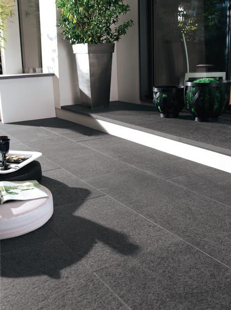 déco extérieure contemporaine sol noir granite pot plante verte