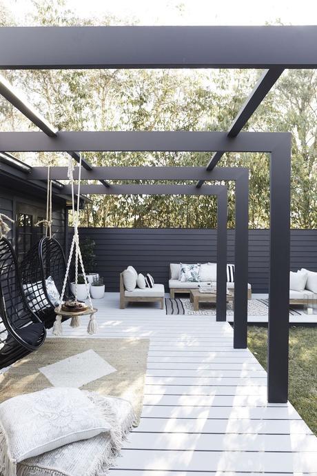 pergola noir terrasse bois blanche tapis chanvre beige