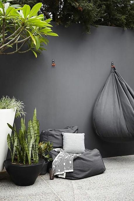 salon de jardin extérieur mur gris anthracite plante verte