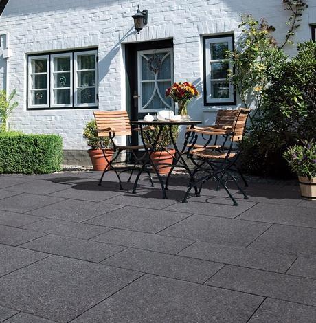 maison blanche jardin extérieur noir table bois