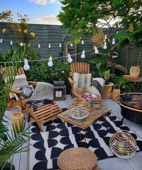 salon terrasse extérieure noir blanc mobilier bois guirlande