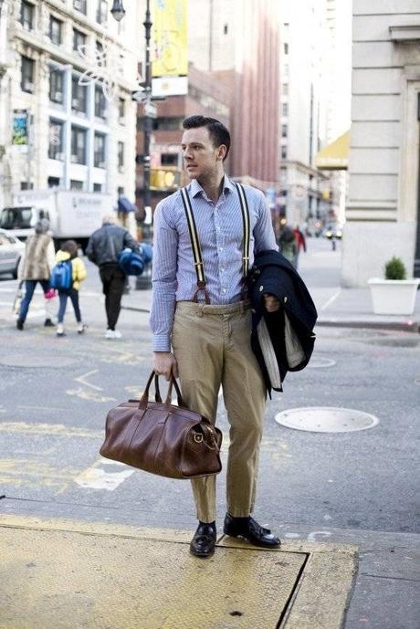 look homme casual avec des bretelles