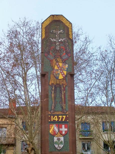 Le monument de la place de la Croix de Bourgogne © Michel Guernier - French Moments