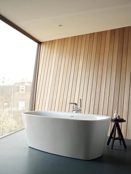 baignoire ilot centre sol béton foncé mur bois
