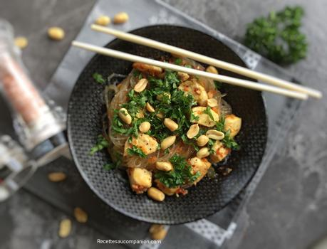 Vermicelles de riz sautés au poulet carottes et cacahuètes sauce thaï