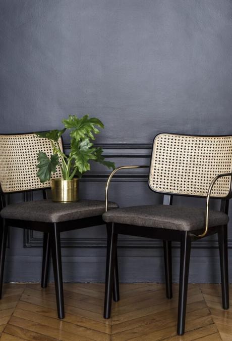 chaise haute grise noir laiton cannage parquet bois moulure mur noir deco tendance