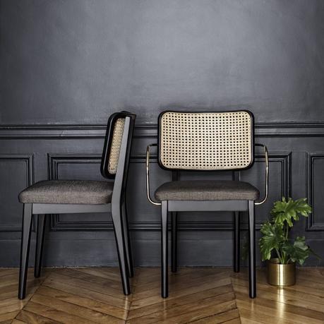 deco sobre élégante rétro mur moulure noir chaise cannage laiton parquet bois chevron