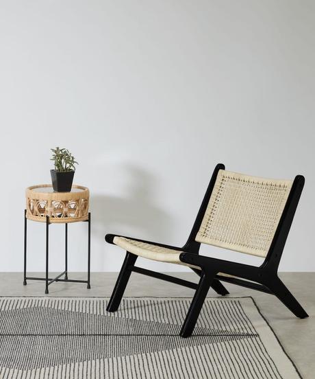chaise fauteuil d'appoint noir cannage tapis tableau noir blanc deco sobre minimaliste