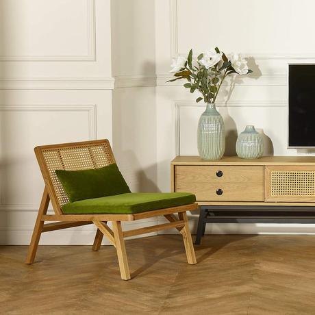 fauteuil cannage chêne clair velours vert salon rétro moulure mur blanc