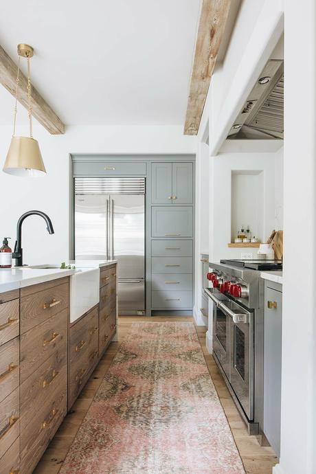 cuisine bois foncé placard meuble vert gris plan travail quartz cosentino