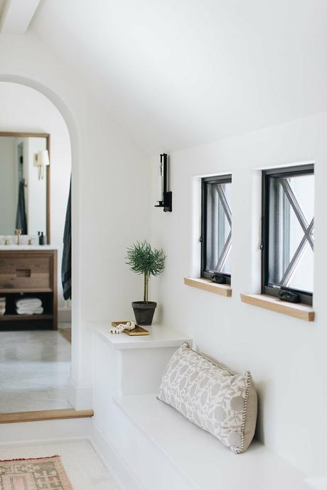 banc coffre rangement sur-mesure sous fenêtre couloir lumineux
