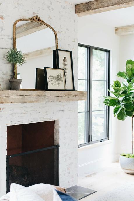 ferme rénovée vieille cheminée briques repeintes blanches