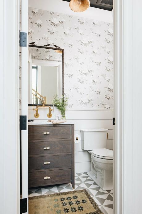 déco rétro vintage wc bois laiton papier peint floral