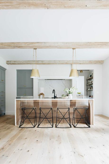 cuisine ouverte ilot bois marbre meuble vert gris lampe suspension laiton