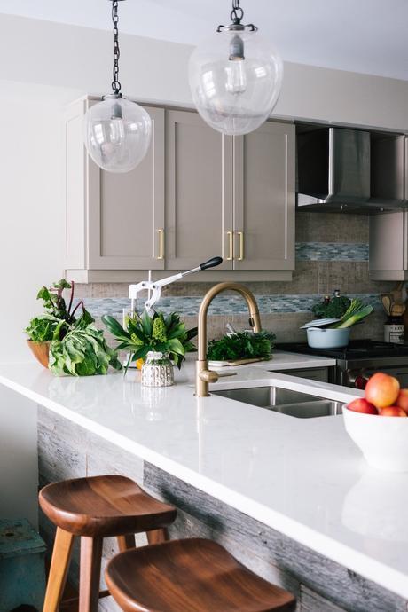 robinet doré laiton cuisine ouverte blanche grise taupe