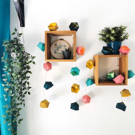 guirlande lumineuse papier coloré étagère bois rideau bleu