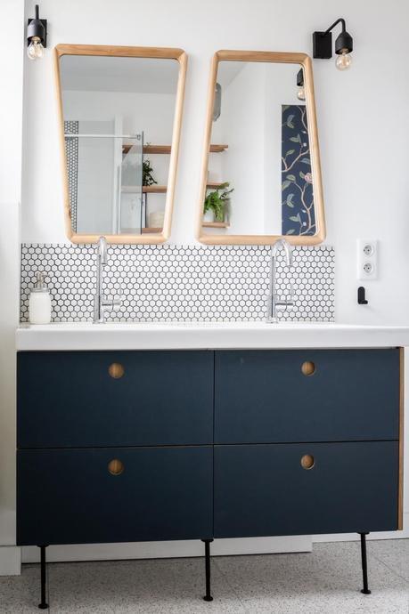 salle de bain crédence rond noir blanc mobilier bleu marine