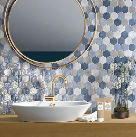 carrelage hexagonale dégradé bleu blanc miroir robinet laiton