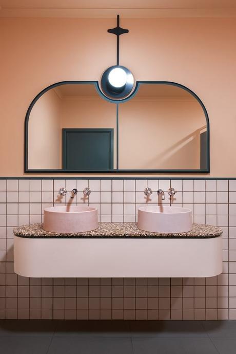 salle de bain art déco rose géometrique bleu canard