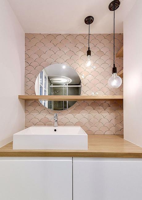 salle de bain moderne crédence rose pastel blush suspension métallique noir mobilier boisé lavabo rectangle