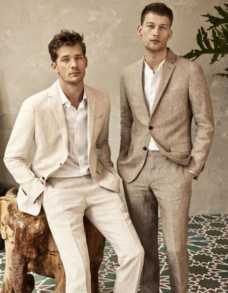 deux hommes portant des costumes en lin blanc cassé