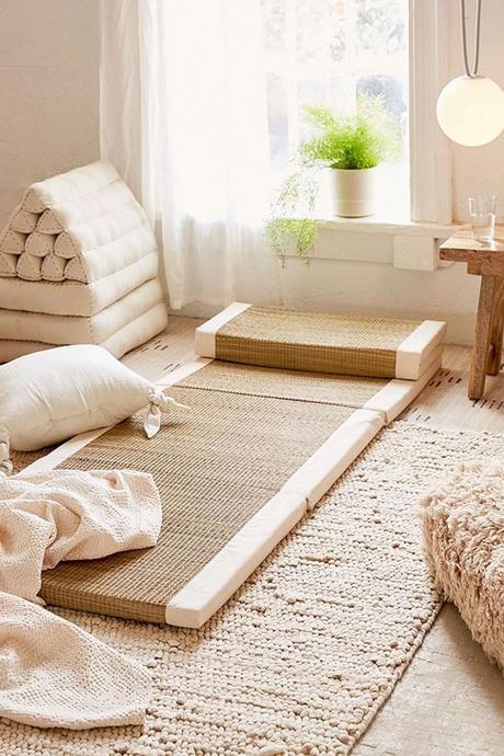 tapis de sol fibre naturelle coussin blanc écru suspension lampe opaque chambre lumineuse