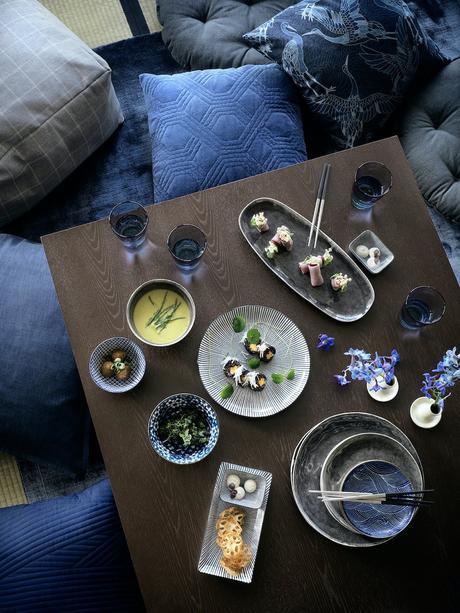 idée déco table vaisselles porcelaine bleu blanc table bois foncé coussin carré