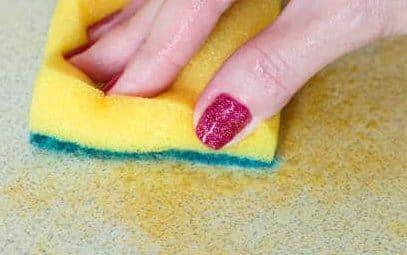 nettoyer une tache de gras avec du produit vaisselle