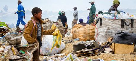 Les ramasseurs de déchets récupèrent dans les décharges municipales en Zambie.